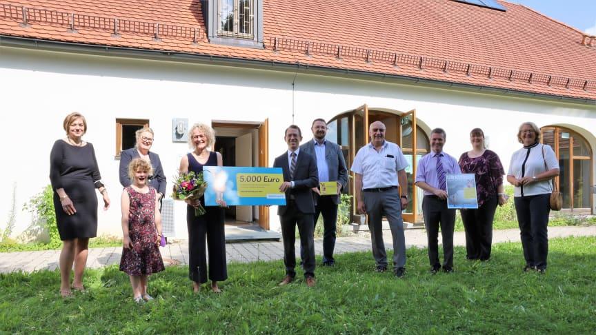 5.000 Euro für Geschichten im Vierseitenhof: Die Leiterin der Bücherei Altfraunhofen, Christin Titze (4.v.li.), bekam von Bayernwerk-Regionalleiter Dr. André Zorger den Kinderbibliothekspreis 2021 überreicht.