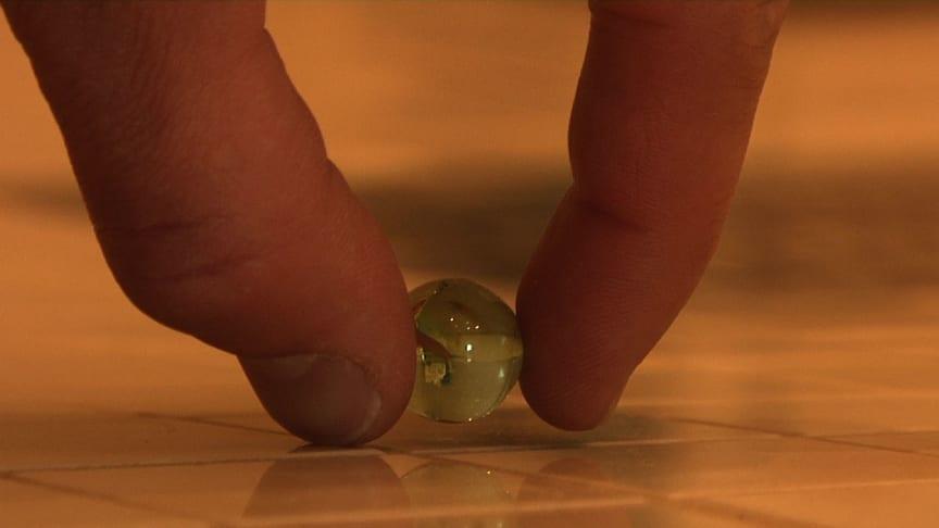 En vanlig glaskula kan avslöja felaktigt fall mot golvbrunnen.