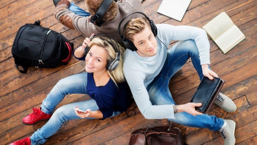 Facebook verliert an Bedeutung bei Schülern. YouTube und Instagram legen zu. Foto: Adobe Stock / Maksim Šmeljov