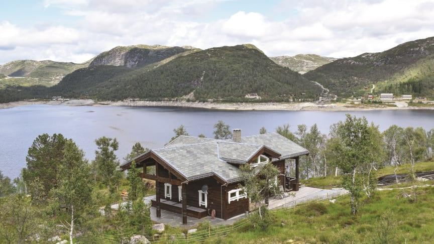 FERIEFORM I VEKST: Norske utleiehytter i flott natur har fristet mange denne sommeren. Etterspørselen er høy også for høstsesongen. (Foto: Novasol)