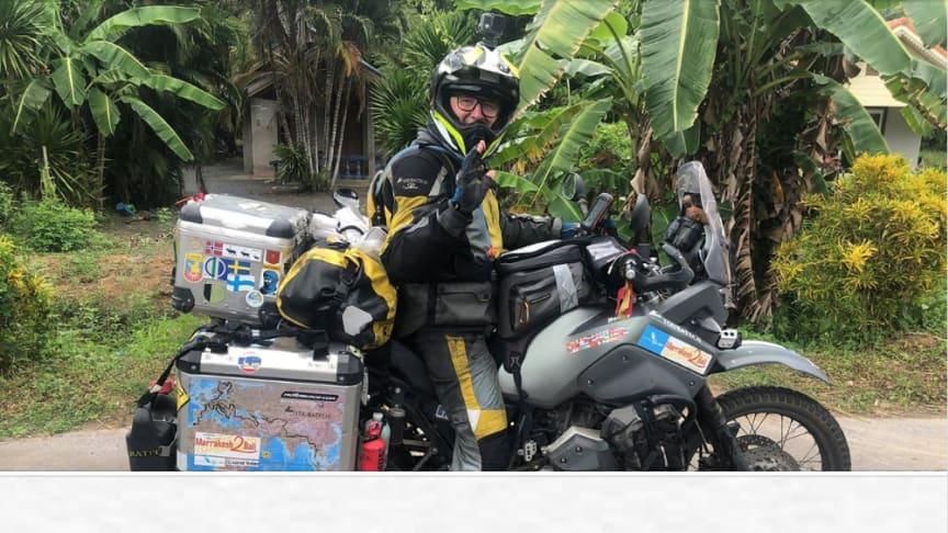 40 000 km på motorcykel runt om i världen, firades under ett bananträd i Thailand