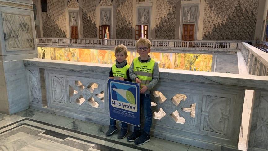 Elliot Nicolai Hansen Nickelsen og Magnus Svensen fra Den blå appelsin Kanvas-barnehage på Nordstrand i Oslo er stolte over at barnehagen deres har blitt et Miljøfyrtårn.