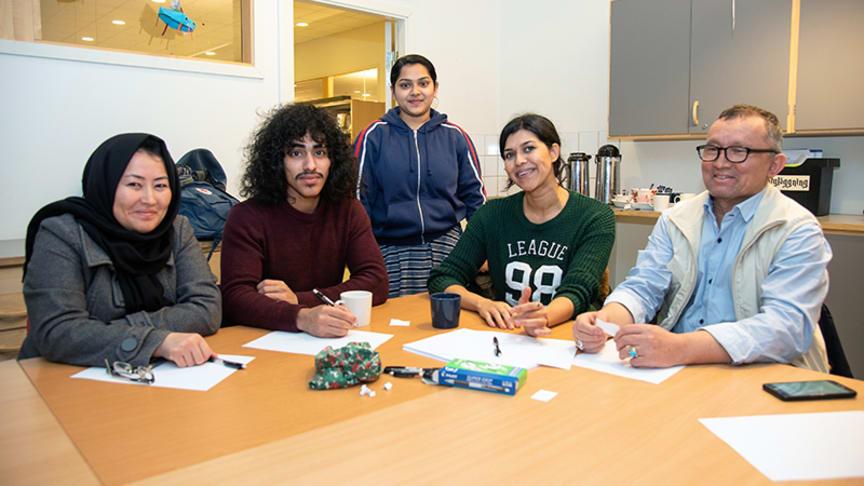 Asihye, Kulali, Abdifi, Farzana och Kazem umgås och tränar svenska på språkkafét i Bergsjön.