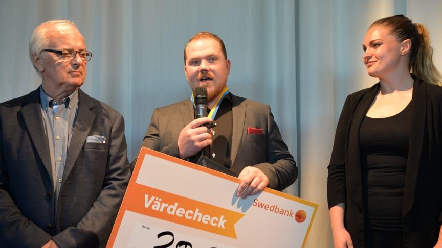 """Hampus Sjögren har belönats med utmärkelsen """"Årets Plåtslagare 2019"""". På bilden syns Hampus tillsammans med prisutdelarna Mathilda Klinger Danielsson och Thord Blomquist."""