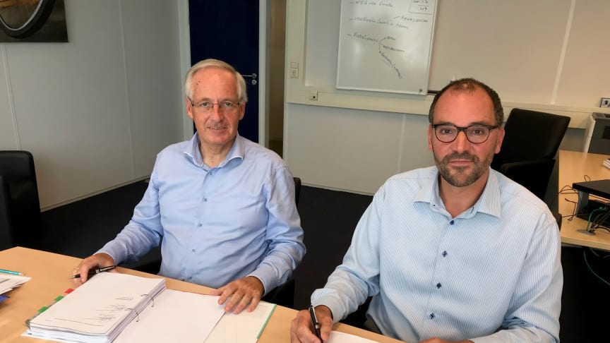 Hans Elshout and Peter van der Maas sign the agreement 4 September, making the acquisition of S&H by DSV official.