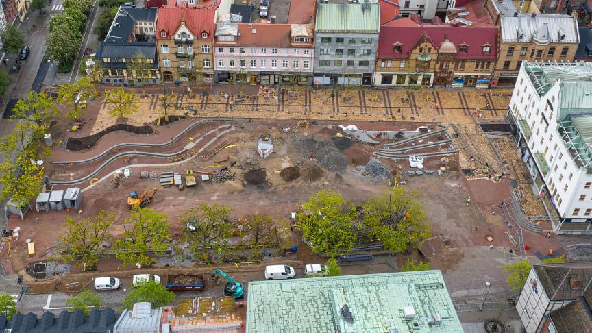 Lagom till midsommar är första delen av Stora torgs ombyggnad i Eslöv klar och uteserveringarna längs det gulfärgade gångstråket kan öppna. Ombyggnaden av själva torget fortsätter året ut.