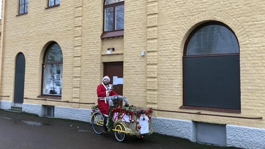 Tomten gör sig redo att cykla ut. Foto: Tolvmansgatans fritidsgård.
