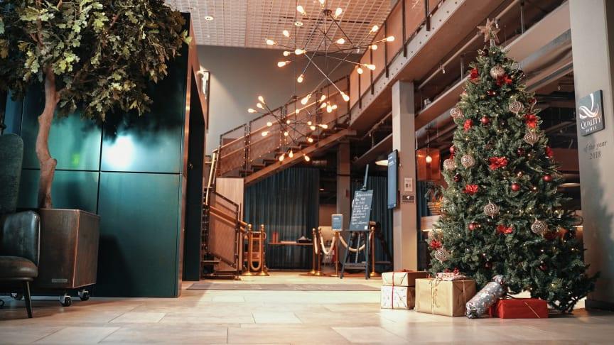Quality Hotel Winns hotellobby med årets julgran.