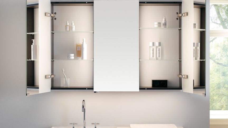 Jedes Modell des RL30 Spiegelschranks hat eine mittige (bei den zweitürigen Modellen im geschlossenen Zustand verdeckte) Spiegeltür. Foto: burgbad