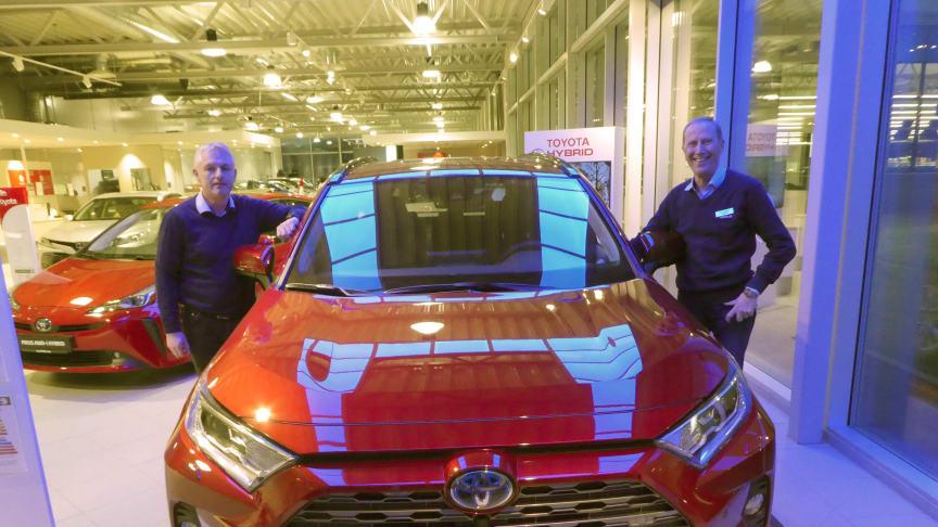 Vi er svært godt fornøyd med salget av biler i 2020, sier Steinar Vangtun t.v. og Tor Skagen t.h. hos Nordvik Toyota Sortland. Foto: Nordvik AS.