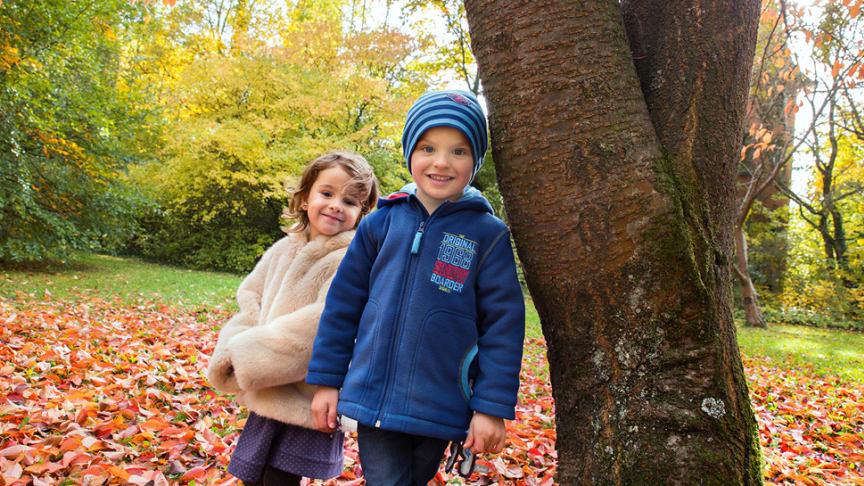 Kuschelwarm eingepackt, stehen auch im Herbst Draußen-Abenteuer bei Kindern hoch im Kurs.