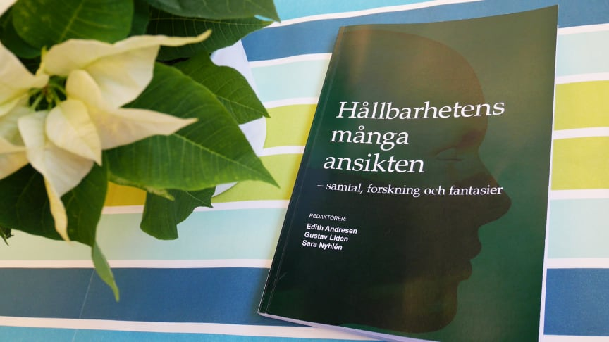 """32 författare medverkar i antologin """"Hållbarhetens många ansikten"""". Foto: Hanna Liljendahl."""