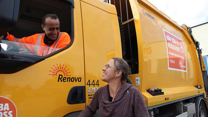 Mohammed Alghayib är en av de Jobbspårsdeltagare som nu arbetar på Renova. Här i samtal med Sofia Westergaard, HR.