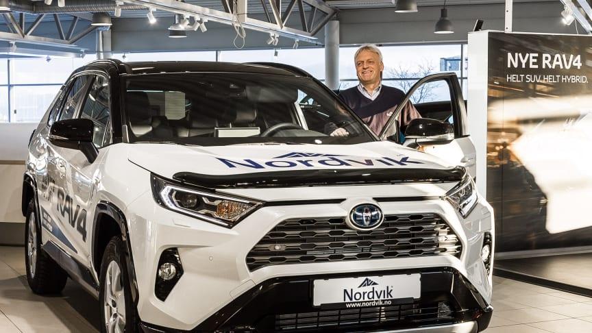 Harstad: Bilselger Leif Forsland hos Nordvik er klar for lansering av nye RAV4 Hybrid.
