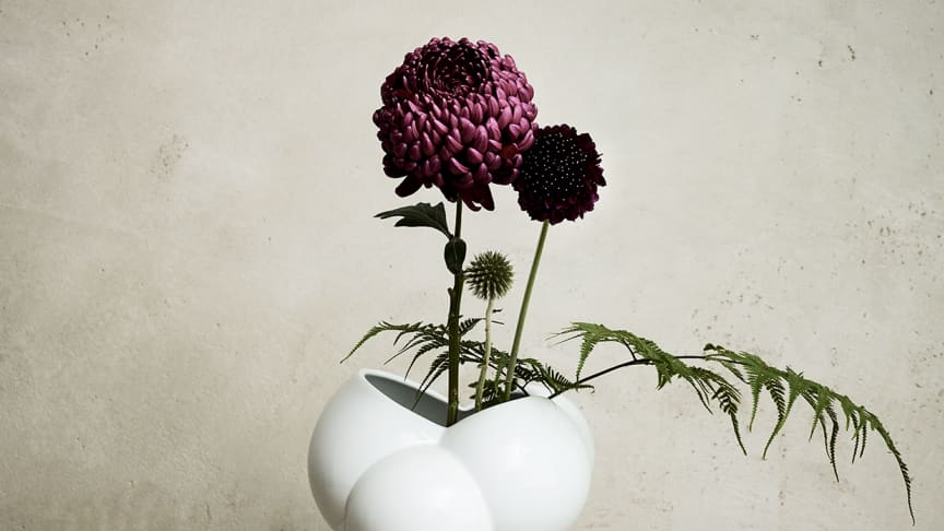 """Derived from the Danish word for foam: the new Rosenthal vase """"Skum""""."""