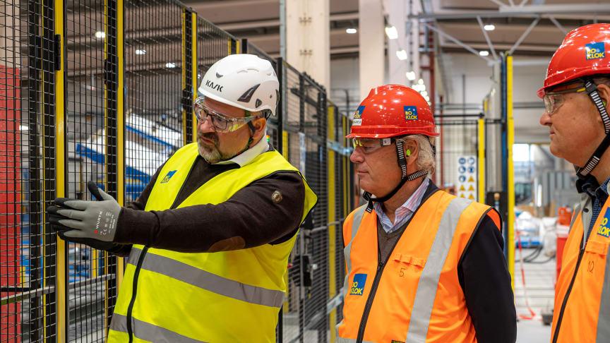 Robert Gurbin, fabrikschef, visar  Hans Biörck, styrelseordförande Skanska, och Jonas Spangenberg, VD BoKlok, runt i BoKloks fabrik i Gullringen, Småland.