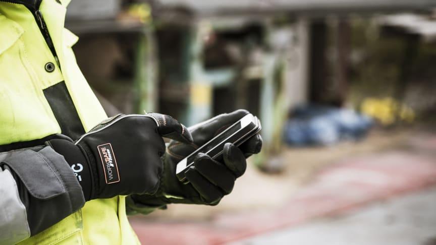 Handskar i materialet Conductive PU funkar på en touchscreen.