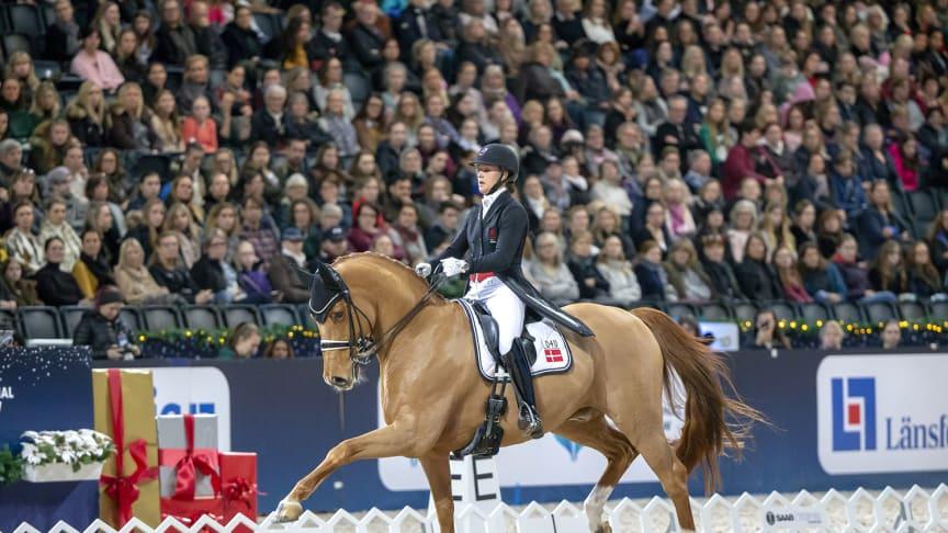 Cathrine Dufour var en av dem som satte personliga rekord under Saab Top 10 Dressage Final. Tillsammans med Cassidy vann hon küren och hyllade tävlingarna och publiken i Friends Arena. Foto: Roland Thunholm.