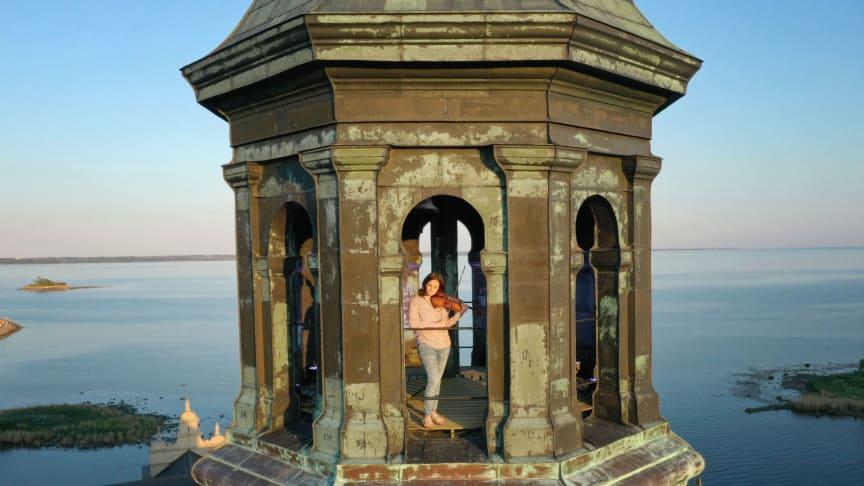 Camille Vasseur, musiker i Camerata Nordica, högst upp i Kuretornet på Kalmar Slott.