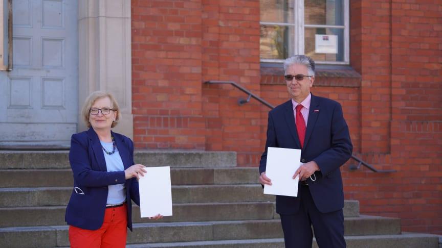 Am 10. Mai 2021 unterzeichneten TH-Wildau-Präsidentin Prof. Ulrike Tippe und Knut Deutscher, Hauptgeschäftsführer der Handwerkskammer Cottbus eine Kooperationsvereinbarung, um zukünftig gemeinsam verstärkt Synergien zu nutzen. (Bild: Lange)