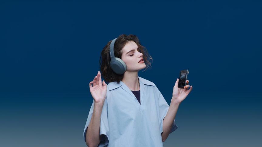 Наушники WH-H910N и плеер Walkman® NW-A105 позволят вам выделиться из толпы