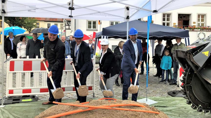 Spatenstich in Bad Düben: Von rechts: Jens Müller (Geschäftsführer Deutsche Glasfaser), Astrid Münster (Bürgermeistern der Stadt Bad Düben), Axel Schumann (Leiter Carrier Vertrieb enviaTel), Michael Kölling (Regionalleiter Deutsche Glasfaser) (DG)