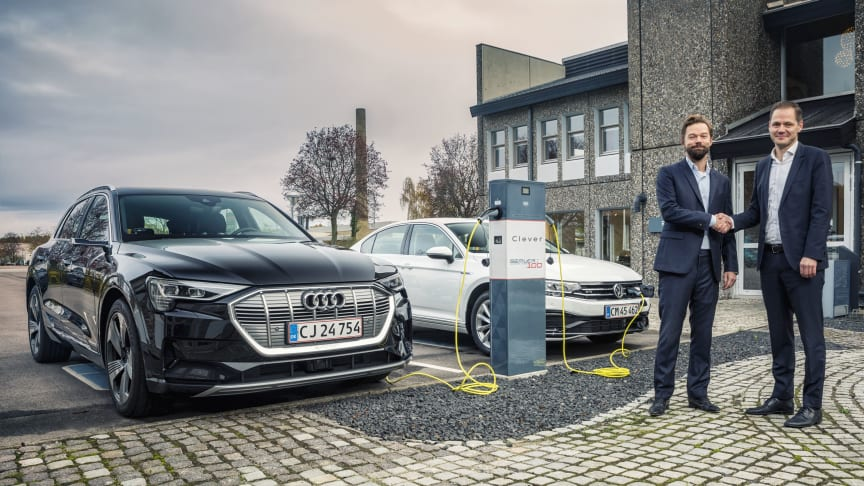 Direktør for Clever, Casper Kirketerp-Møller og direktør for Semler Mobility, Ulrik Drejsig, giver hånd på ny samarbejdsaftale
