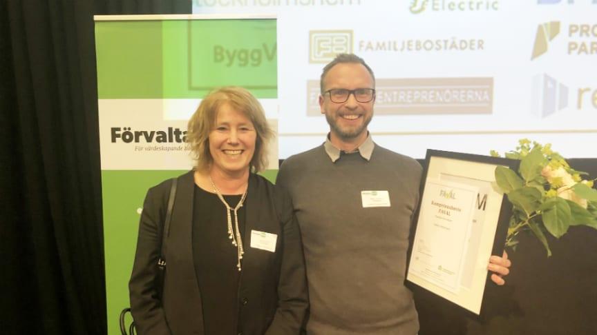 Johanna Frelin, vd Riksbyggen, gratulerar Stefan Johansson till utmärkelsen Årets Förvaltare Lokaler.