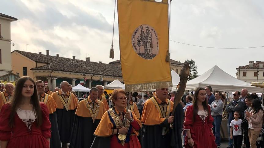 Norsk tørrfisk feires av 60000 italienere under verdens største tørrfiskfestival i Sandrigo i Italia