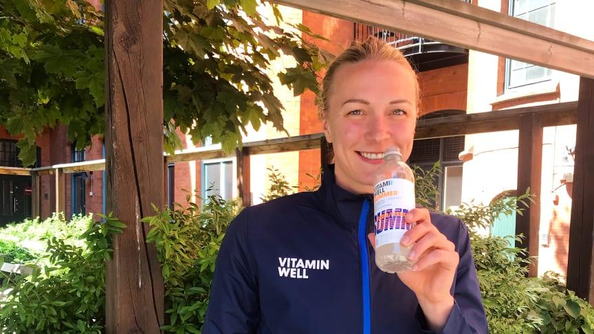 Sara Sjöström svalkar sig med en Vitamin Well Summer innan loppet.