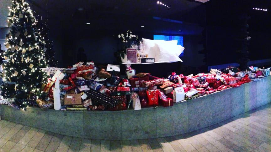 577 julklappar och 3000 kronor samlades in på Clarion Hotel Stockholm 2016