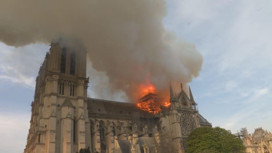 Notre Dame i brand på den skæbnesvrange dag i april (Foto: Galaxie Presse/BSPP)