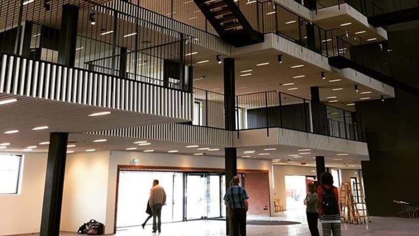 Pakhuset: En arkitektonisk perle tegnet av arkitektene Lundgaard & Tranberg. Plasseringen på kanten av Langeliniespissen med et atrium gjennom samtlige 7 etasjer, trekker dagslyset dypt inn og gir en opplevelse av både himmelen og vannet utenfor.
