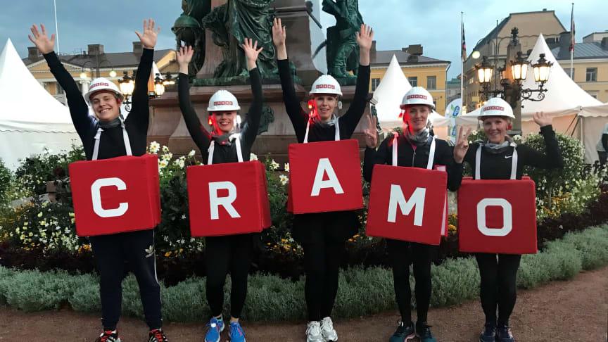 Cramolaiset ovat ahkeria juoksukilpailijoita - kuvassa C-Team Midnight Runissa 2018. Cramosta löytyy myös henkilöstön harrasteryhmät Hiking Club ja Ski Club.