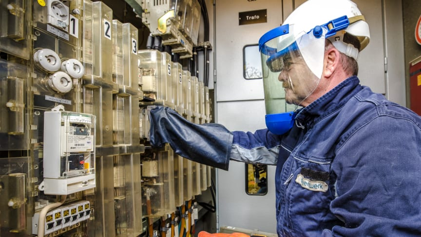 Ein Schutzengel am Handgelenk warnt vor Stromunfällen
