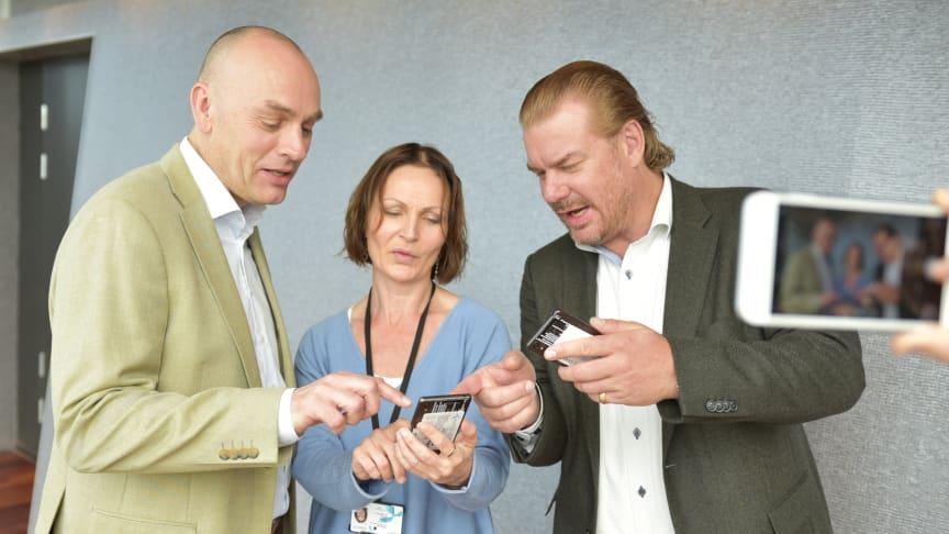 Leder for mobil Bjørn Ivar Moen, forretningsleder for kommunikasjonstjenester Siv Bayegan og teknologidirektør Magnus Zetterberg demonstrerte SMS+. (Foto: Martin Fjellanger/Telenor)
