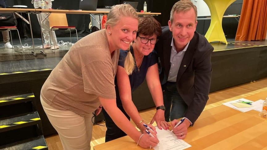 Camilla Mårtensen, Pia Almström och Johan Ericsson undertecknade under gårdagen en avsiktsförklaring att öppna en familjecentral i Kävlinge i samarbete med Region Skåne.