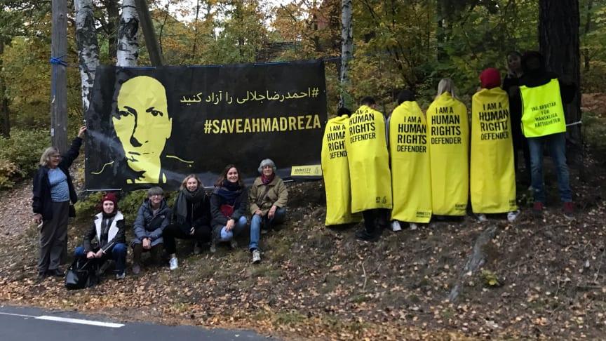 Amnestyaktivister med banderollen som kräver Ahmadrezas frigivning och som satts upp mitt emot Irans ambassad.