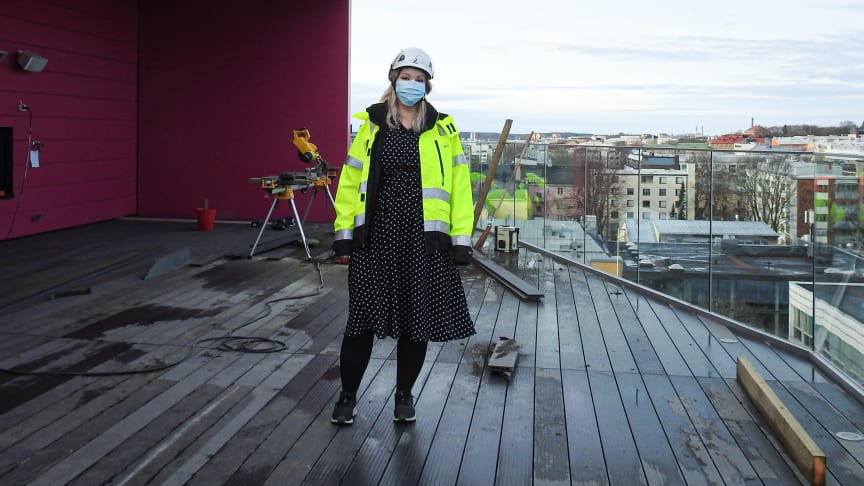 Työmaainsinööri Laura Niittymäki esittelee kohdetta. Tällä hetkellä kaikilla työmailla on maskipakko.