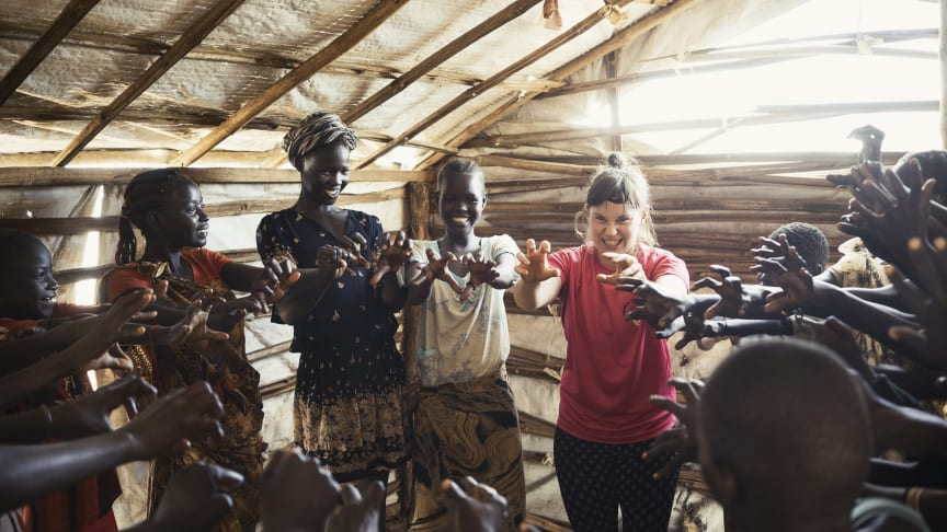 Artist Olivia Hultman på en tidigare turné i Sydsudan med Clowner utan Gränser. Foto: Alex Hinchcliffe.