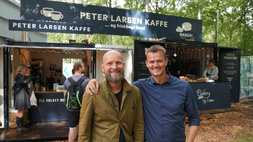 Lars Aaen Thøgersen fra Peter Larsen Kaffe og Claus Doktor fra Bakery By Doktor har slået boderne sammen. På årets Smukfest bliver der bagt brød med rester fra kaffeproduktionen på Peter Larsen Kaffes mikroristeri i Viborg.