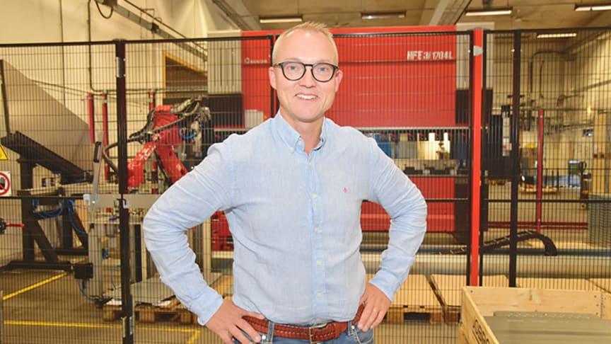 Vi älskar plåt! säger vd Daniel Petersson, här vid Gårös nya kantpresscell med robot.