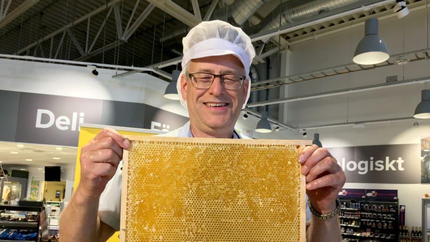 Biodlare Gösta Cedergren slungade honung direkt ner i burken. Foto: Anna Lind Lewin.