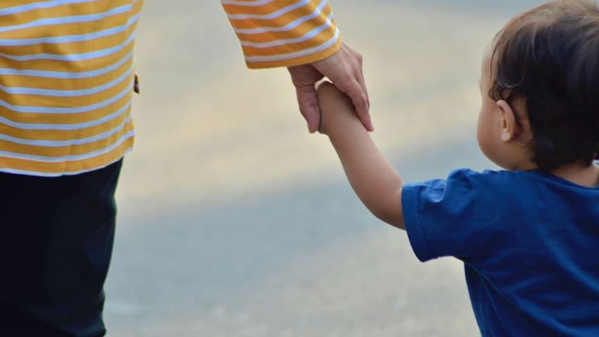 Den tysta utestängningen av ensamstående mödrar