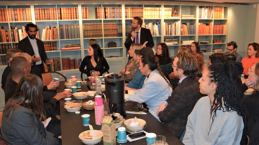 Borgarråden Fredrik Lindstål (C) och Jonas Naddebo (C) sammanfattar diskussionen vid sina respektive bord.