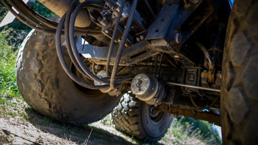 Mit der hydraulischen Antriebsachse AGRO Drive von BPW wühlen sich Anhänger aus eigenem Antrieb aus dem Schlamm.