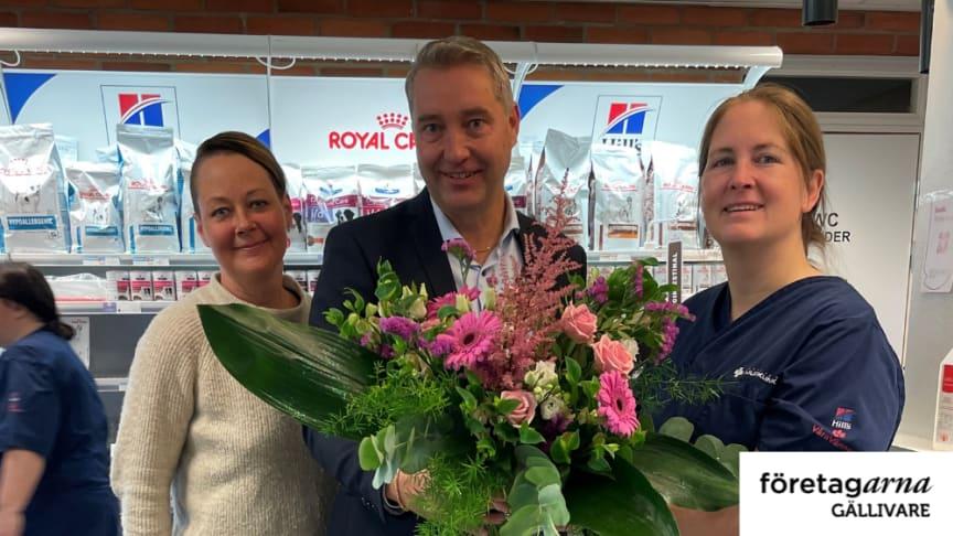 Till höger: Årets Företagare i Gällivare 2021 Julia Engqvist Lapplands Djurklinik AB. Priset delades ut av Annika Henriksson och Mikael Lundman Företagarna i Gällivare.