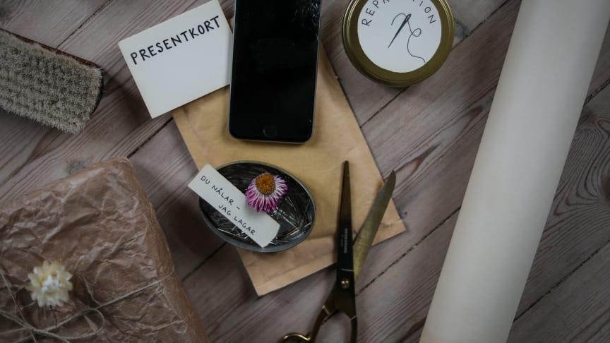 Ett sy-kit, ett presentkort på skärmreparation eller hjälp att laga något – årets medvetna julklapp kan varieras. Foto: Emma Sundh/Klimatklubben