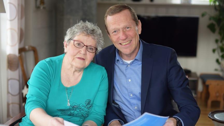 Helga Forslund (80) har fått en tryggere hverdag med den nye Tryggi-appen, forteller hun til Ove Fredheim, leder av bedriftsenheten i Telenor Norge. (Foto: Martin Fjellanger)