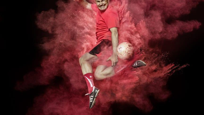 """""""Was wir von einem Spieler erwarten können, ist, dass man alles in ein Spiel hineinlegt und kämpft bis der Arzt kommt!"""" Ewald Lienen fotografiert & inszeniert von Thomas Koch"""